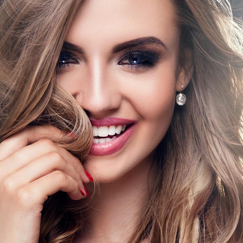 Αποκτήστε το πιο λαμπερό χαμόγελο με όψεις πορσελάνης!