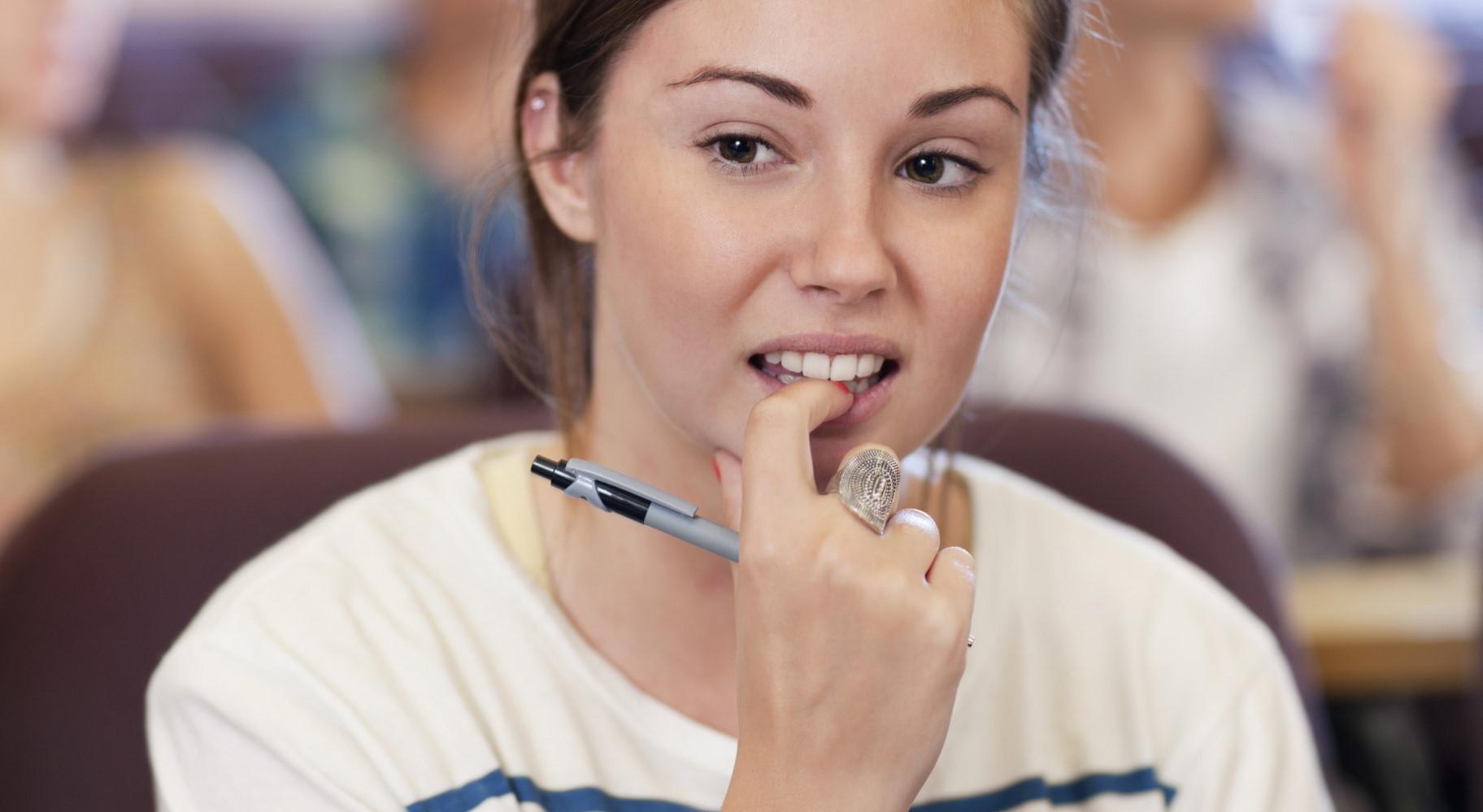 Συνήθειες που φθείρουν τα δόντια μας